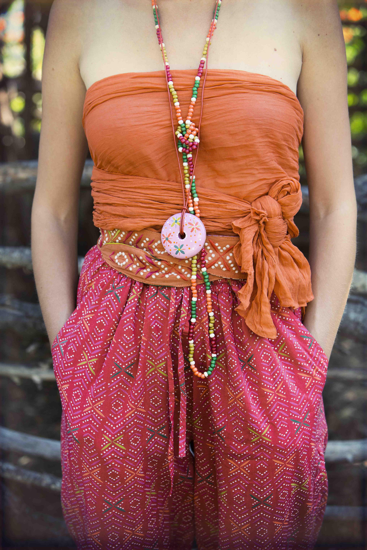 """Sommermode 2013 - Die Perlenkette sowie der bestickte Gürtel """"Masai"""" aus Baumwolle sind richtige Hingucker bei diesem farbenfrohen Outfit."""