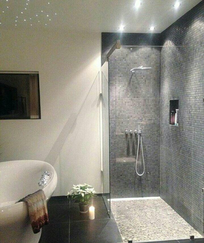 De perfecte zwarte badkamer tegels en een hele mooie inloopdouche ...