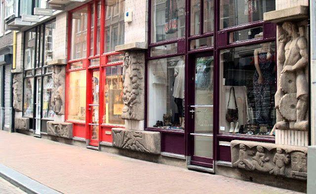 In de Nieuwe Hoogstraat staat een gebouw met bijzondere gevelstenen uit 1983. Het zijn van oorsprong spoorwegviaductversieringen. In de jaren 1920 werd er begonnen aan een ringspoorbaan rond Amsterdam, maar de crisis in 1933 gooide roet in het eten. In 1930 waren er wel al 2 viaducten klaar: over de Boerenwetering en de Amstelveenseweg. Vanwege de slechte staat zijn beide bouwwerken na de oorlog afgebroken en de sculpturen opgeslagen.