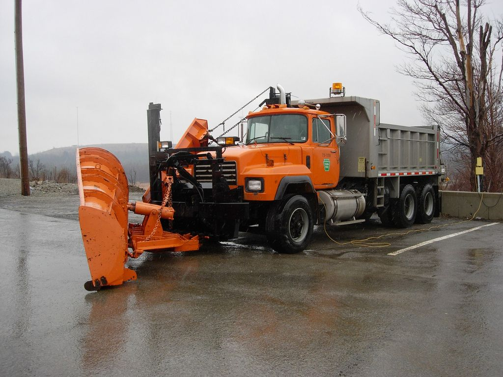 Penn Turnpike Mack Tandem Snow Plow With Images Snow Plow
