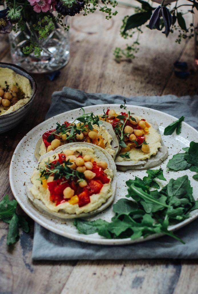 Herzhafte Buchweizenpfannkuchen mit Hummus und gerösteten Paprikaschoten (Vegan & Glutenfrei) -