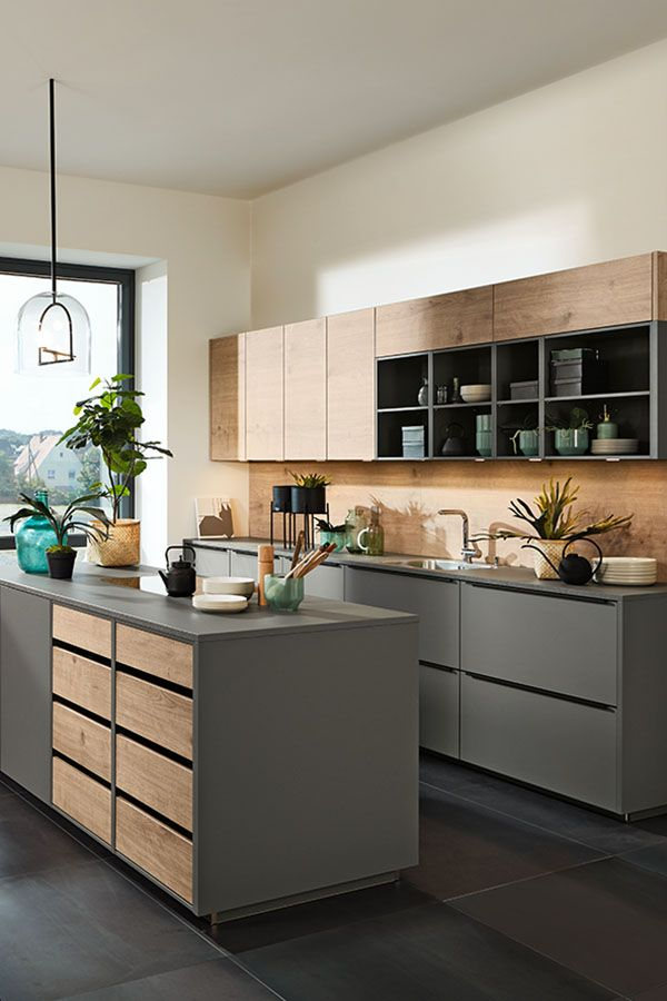 Graue Küche mit Kochinsel und Holz Optik Akzenten / Grey ...
