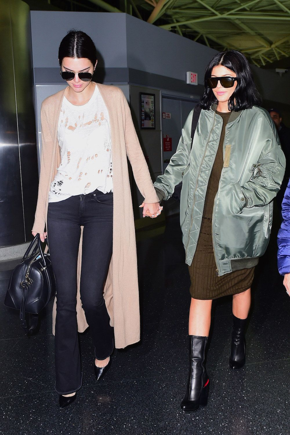 Kendall and Kylie Hold Hands d5e7b0b65