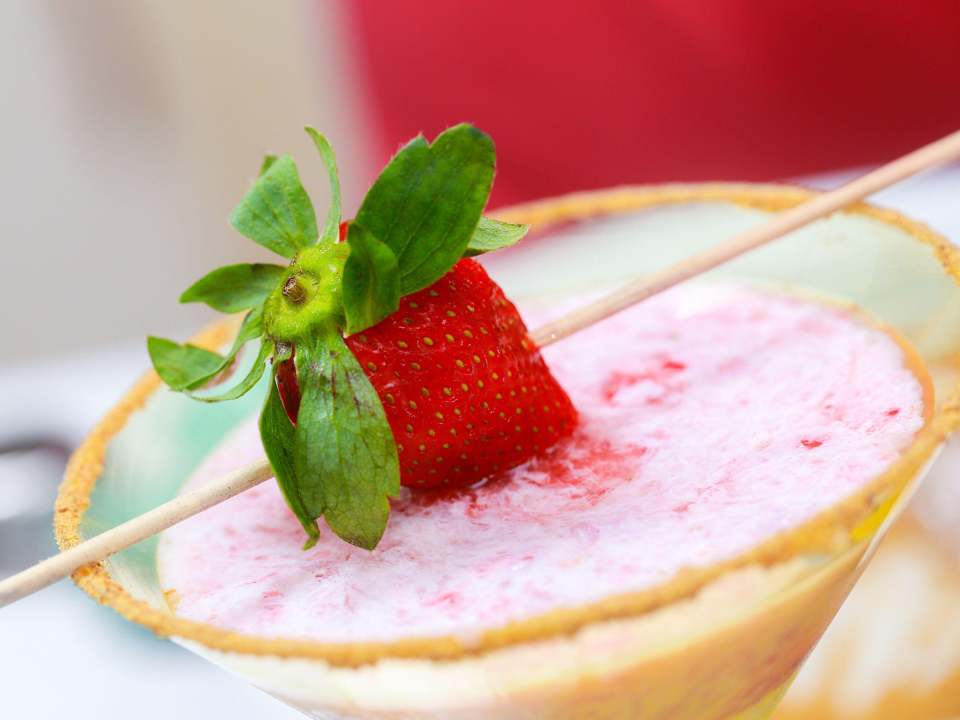 How To Make A Strawberry Cheesecake Martini Strawberry Cheesecake Sweet Martini Food