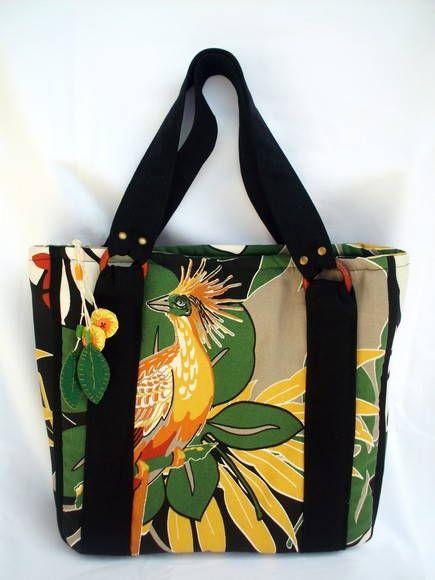 45d61baf1 Bolsa confeccionada em tecido de Sarja, bem resistente, forrada com manta  acrílica e tecido de algodão. Essa bolsa é a cara do verão!! Chaveiro de  brinde!!