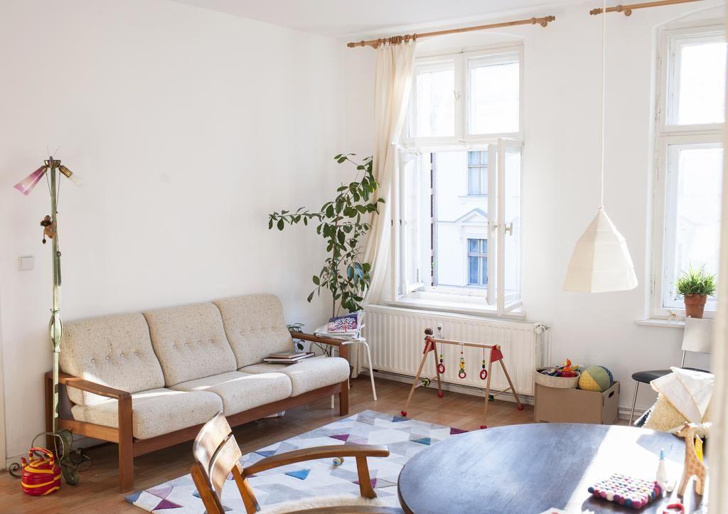 Helles Wohnzimmer mit einer Spielecke für Kinder.
