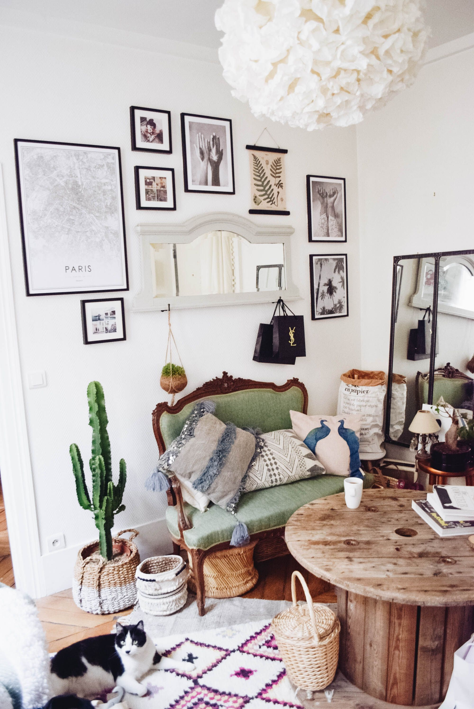 dcoration dun salon parisien dans une petite surface banquette accumulation de tapis