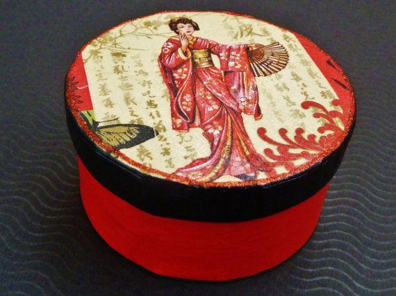 Runde Geschenkschachtel in schwarz rot mit Geisha von Schmucktruhe, €13.50