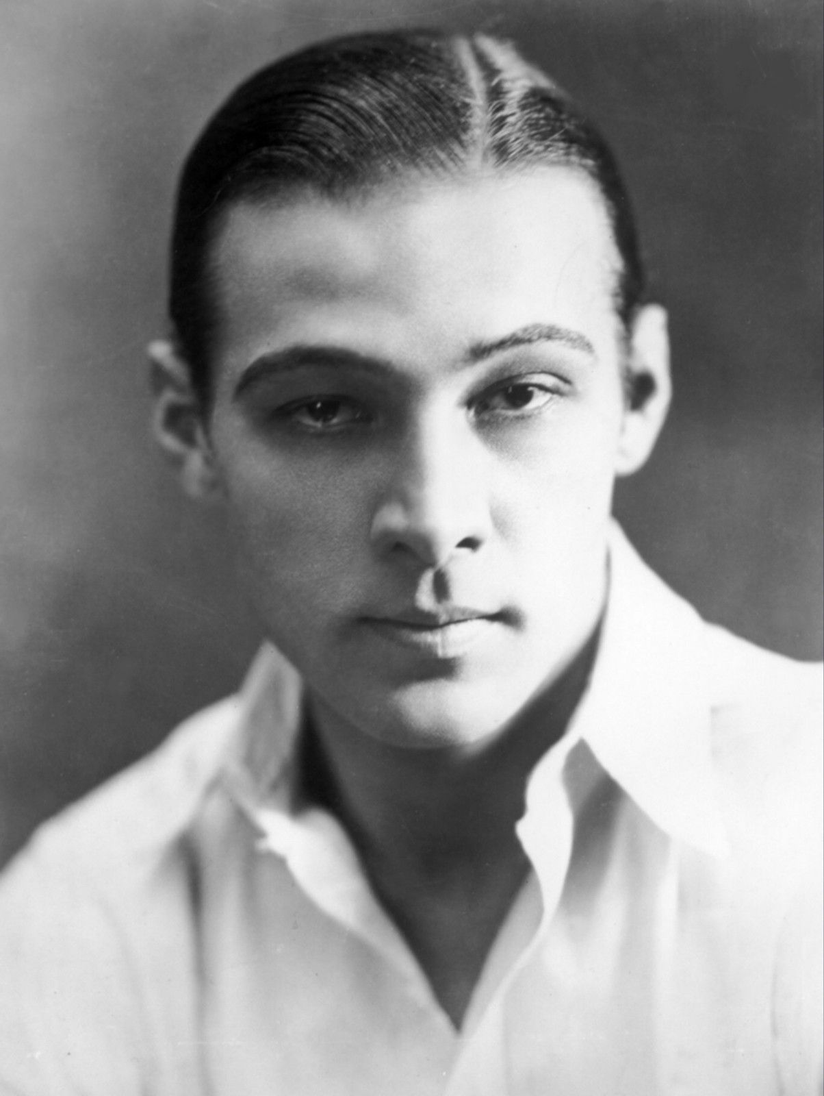 rudolph valentino close up photo hollywood 1920s silent