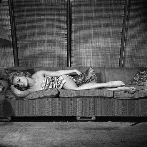 Do século 20-man: Julie Newmar / fotografada por Peter Basch, de 1958.