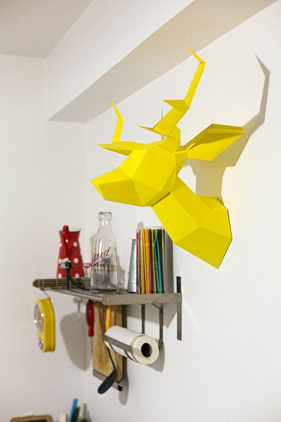 La mode est aux têtes d'animaux.... Mais au moins celle-ci est design    Foldeer Jaune - Origami/Maquette de Tête de Cerf. €55,00, via Etsy.