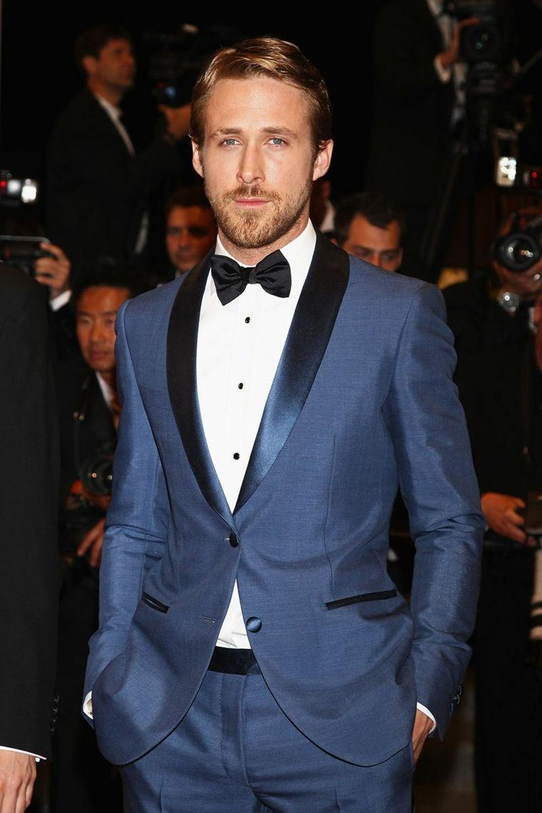 L attore Ryan Gosling con un vestito blu e capelli stile anni  50 biondi 385bc36f0b5