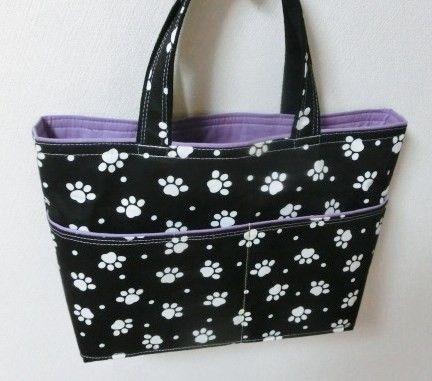 黒の地色に白いかわいい足あと柄バックです。縦25巾30マチ8取っ手32㎝ほど。ポケット外2つ内2つ付いています。接着芯を貼りました。玉縁ふう仕立てで薄紫色の裏... ハンドメイド、手作り、手仕事品の通販・販売・購入ならCreema。