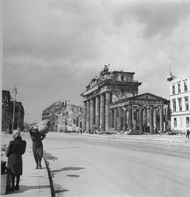 Old Photos Of The Destroyed Berlin In 1945 Mit Bildern Berlin Geschichte Brandenburger Tor Berlin 1945