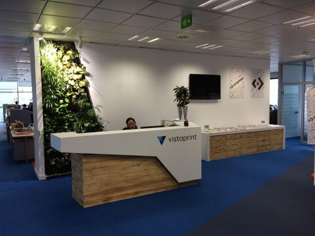 Pin de diana polo en oficinas pinterest recepci n de for Jardin vertical oficina