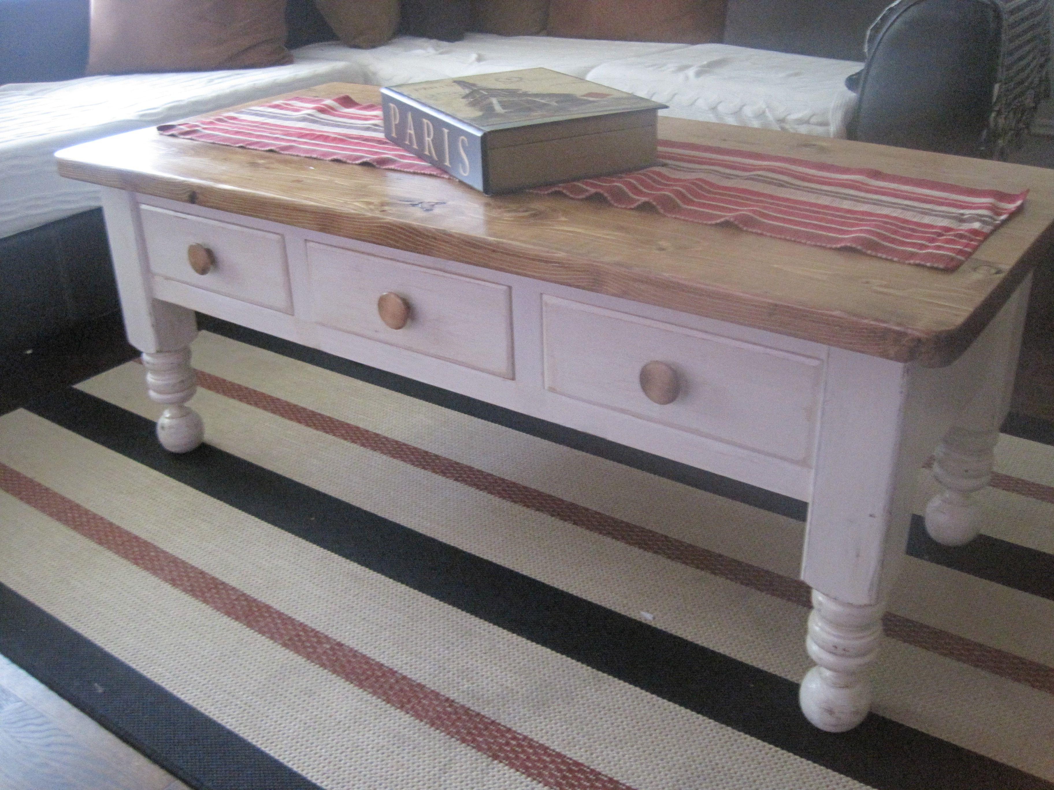 mesa de centro pintada e envelhida a mao.