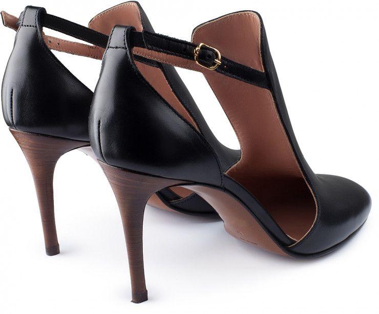 scarpa d'orsay in pelle nera con fascia sul collo del piede allacciata con cinturino alla caviglia. tacco a spillo in cuoio millerighe lucido 8,5 cm