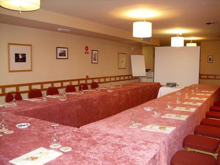Preparando una sala de reunion