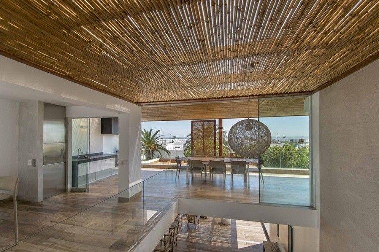 presentamos the panda house una vivienda veraniega remodelada por la firma da lab que cuenta con unos originales falsos techos de madera y caas de bamb - Falsos Techos De Madera