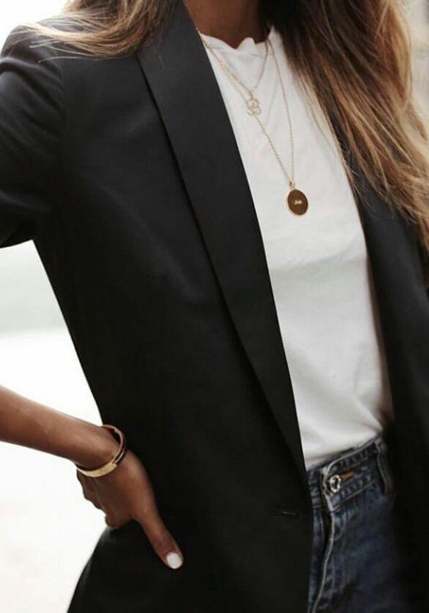 Photo of schwarzer Blazer, weißes Hemd und goldene Halskette.