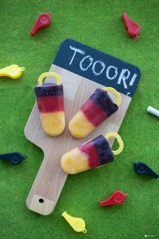 Freut ihr euch auch schon so auf die EM 2016? Wir zeigen euch einen leckeren gesunden Fussballsnack: EM Eis im Deutschlandlook.