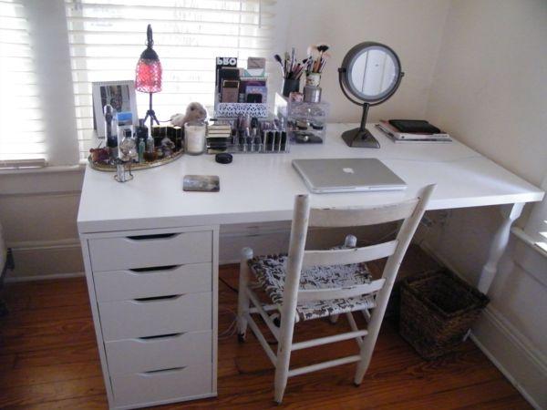 une table blanche de maquillage et une chaise rustique