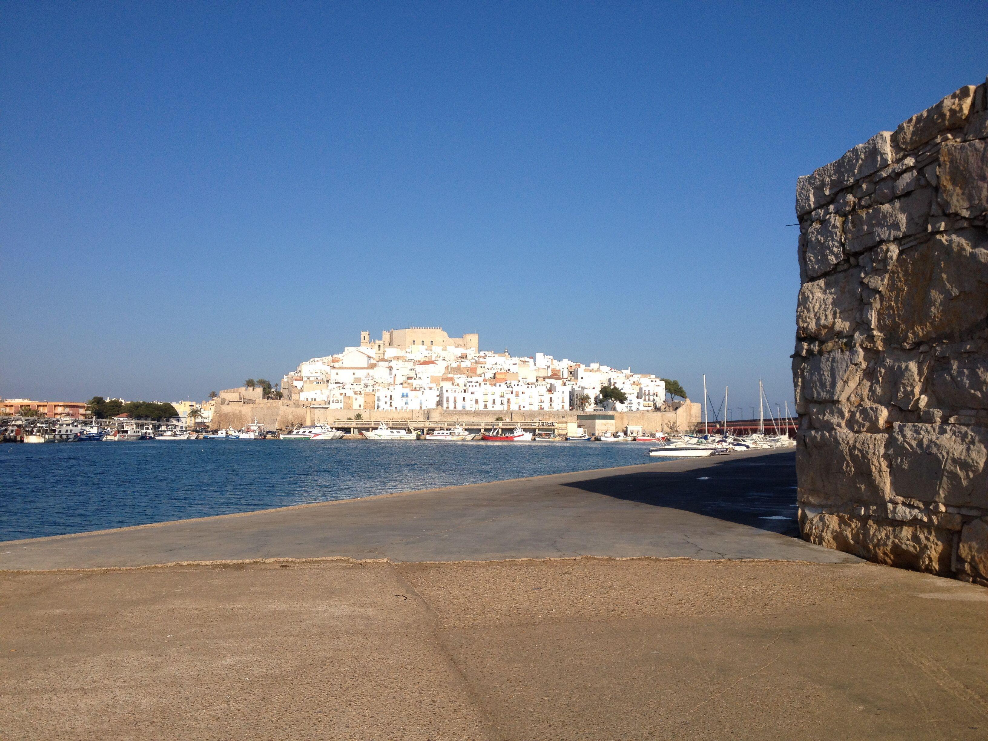 Peñiscola desde el puerto con su hermoso casco antiguo que vale la pena visitar. Estrechas calles con sus fachadas blancas.