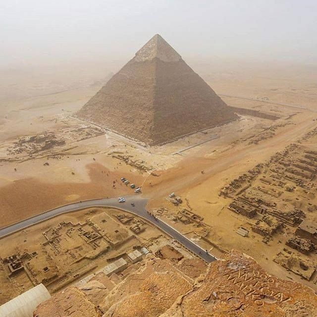 As pirâmides egípcias mais famosas são aquelas encontradas na Necrópole de Gizé, nos arredores da cidade do Cairo. Várias das pirâmides de Gizé estão entre as maiores estruturas já construídas. A pirâmide de Quéops, é a maior pirâmide egípcia, cuja altura original chegava a mais de 140 metros de altura. É a única das sete maravilhas do mundo antigo que ainda permanece.