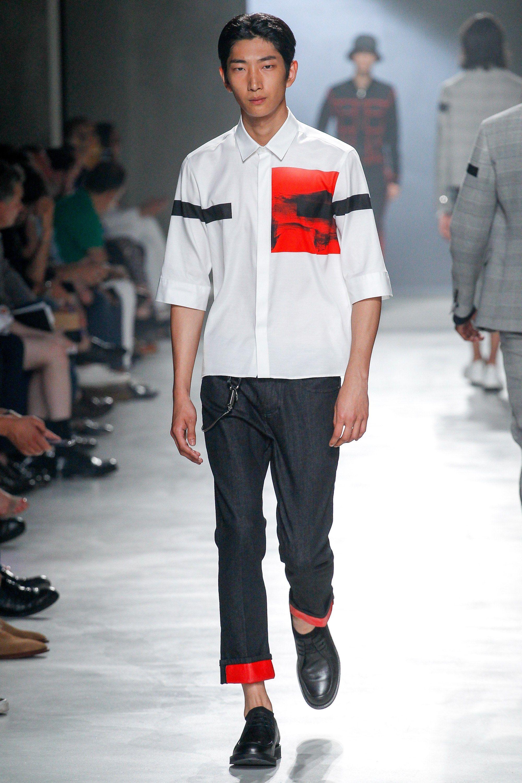 See the complete Neil Barrett Spring 2018 Menswear collection. 2e7ef4e14
