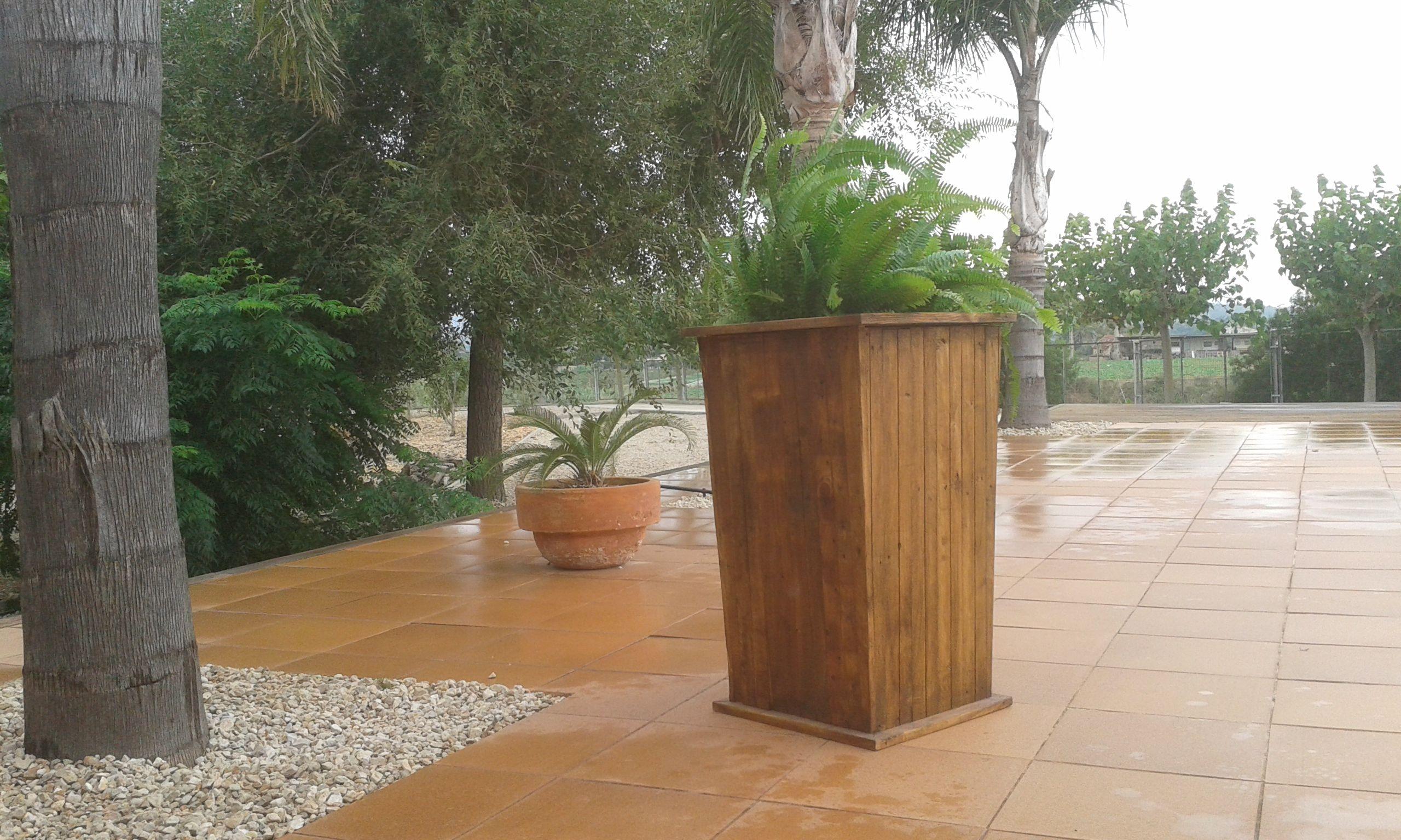 Macetero alto realizado con maderas de palet usado for Maceteros de madera para interior