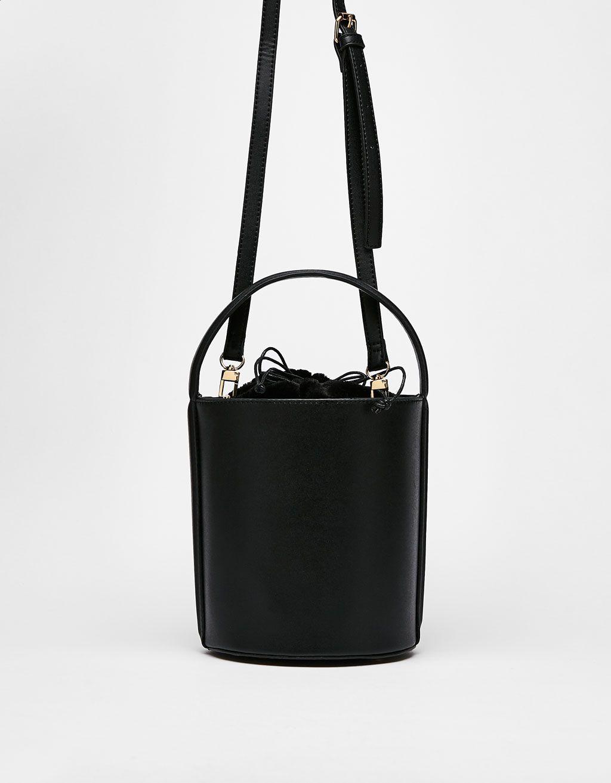 717bf322e850c Bununla beraber her hafta Bershka'da yeni ürünleri keşfedin. Kürk astarlı  bucket çanta bershka