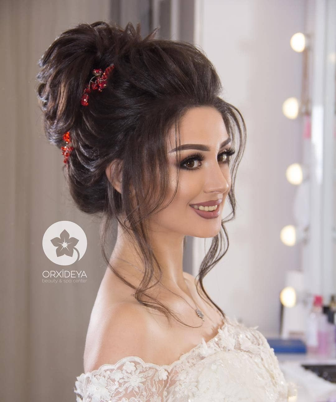 Pin By Moni Khan On Hairstyles Hairstyles For Gowns Indian Wedding Hairstyles Bridal Hair Buns