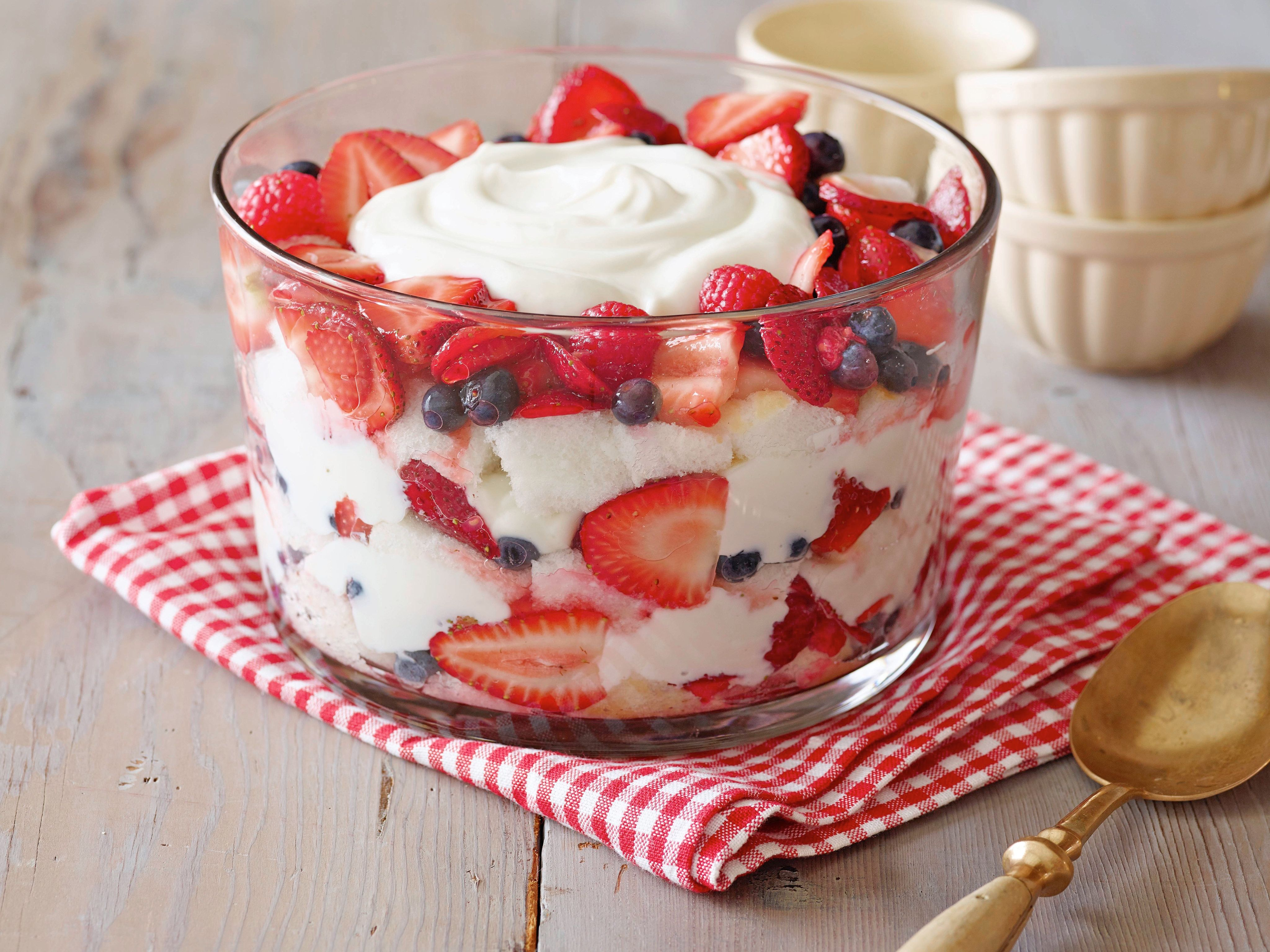 Angel food cake and berry trifle recipe berry trifle for Dessert cake ideas