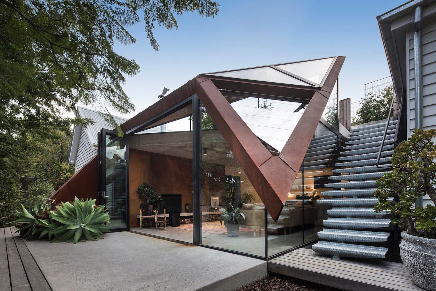 Extension To An Existing Heritage House That Keeps A Harmonious Warmth Between The Old And The New Caandesign A Modern Roof Design Architecture Roof Design