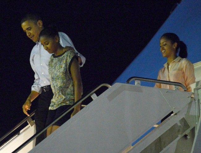 Barack, Sasha, and Malia Obama touch down in Hawaii