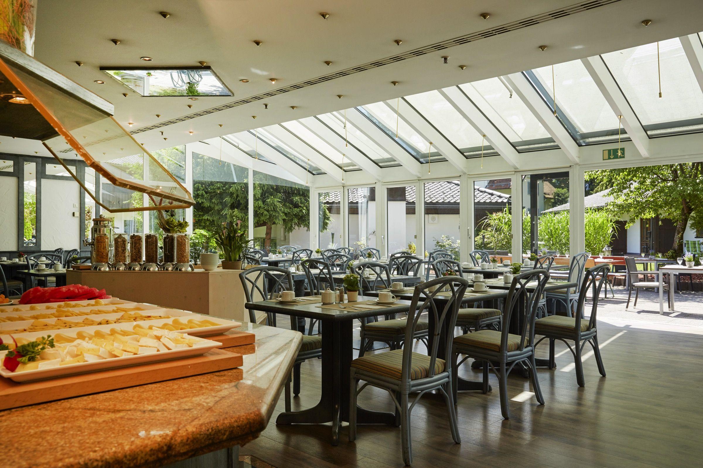 Restaurant mit Wintergarten H+ Hotel Alpina Garmisch