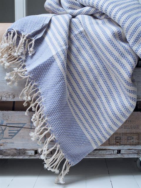 Kevyt, hyvin pieneen tilaan mahtuva ja erittäin hyvin kuivaava pyyhe, joka toimii yhtälailla ranta-alusena, torkkupeittona ja huivinakin. Hamam-pyyhkeet ovat monikäyttöisiä ja meidän Lavlialaisten ehdottomiasuosikkeja - what is there not to love!  Tämä pyyhe on väritykseltään kaunis lila-valkoinen ja kudottu pehmeän löyhästi, joten se sopii erinomaisesti myös huiviksi!  - koko 90x180cm - 100% puuvillaa - käsinkudottu - valmistusmaa Turkki