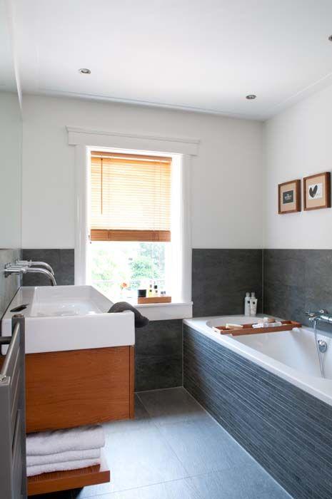 KARWEI | De donkere tegels, het frisse witte stucwerk en het hout ...