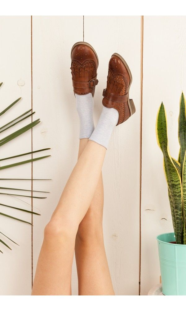Eyelet low shoes with tassels