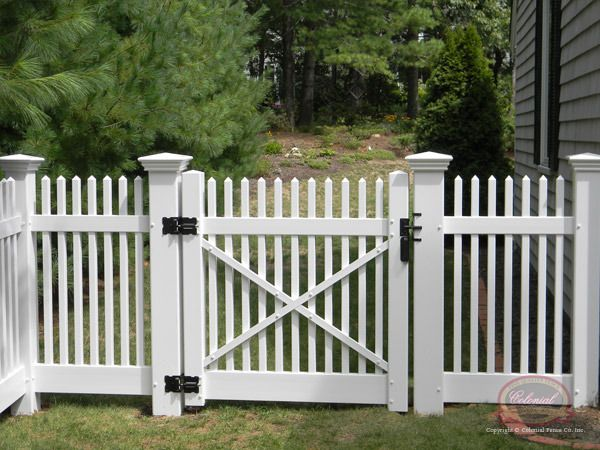 Pin By Kendy Lope On White Vinyl Fence In 2020 White Picket Fence Picket Fence Gate Vinyl Fence