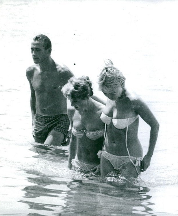 Brigitte Bardot With Her Sister And Friend At Home In St Tropez 1950s Brigitte Bardot Bardot Bridgitte Bardot
