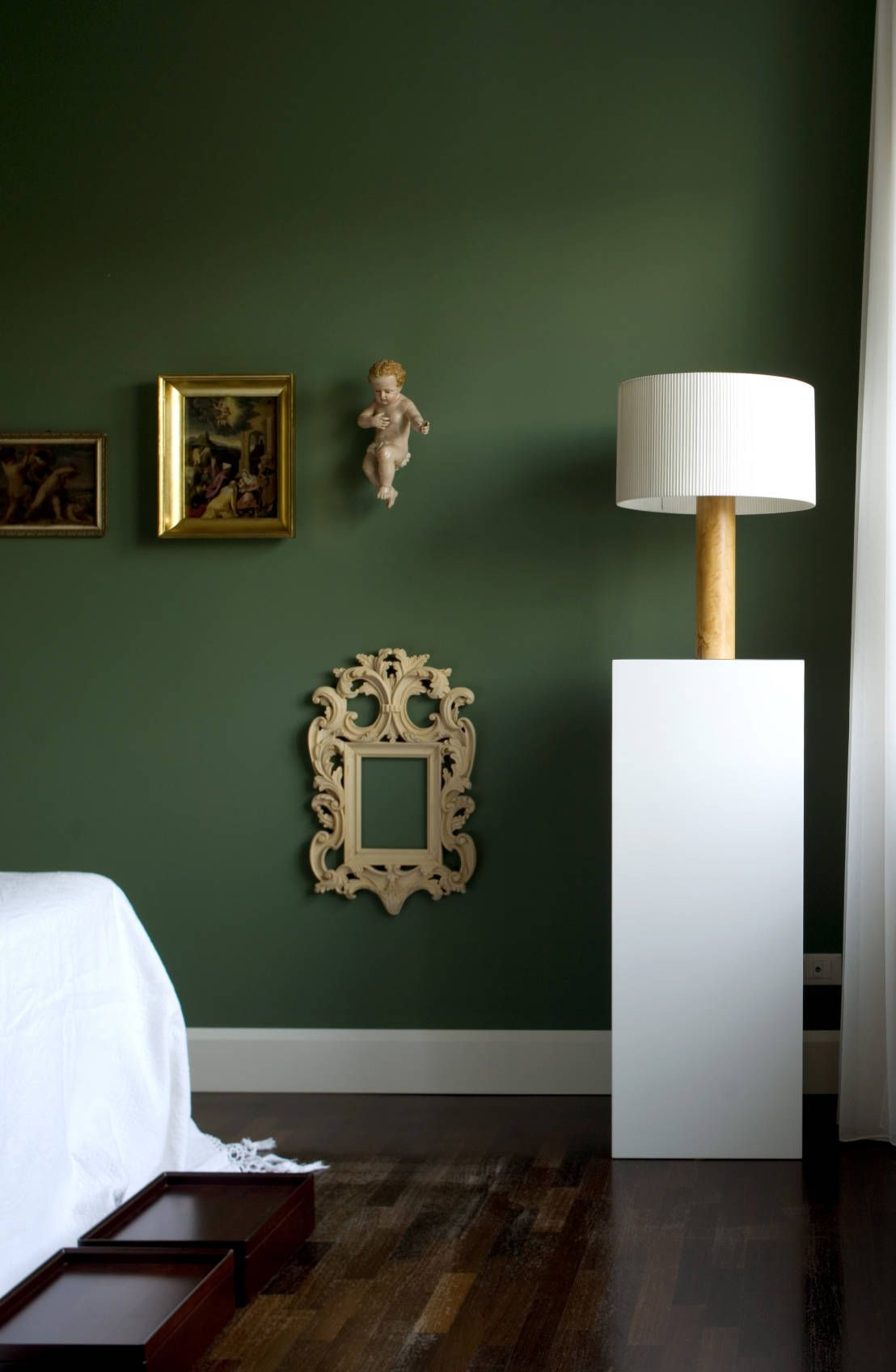 Now That S A Cool Wall The Dark Moss Green Paint Finish Contrasts Perfectly With White Bed And Lamp Casa Alessandra Camera Padronale By Studio