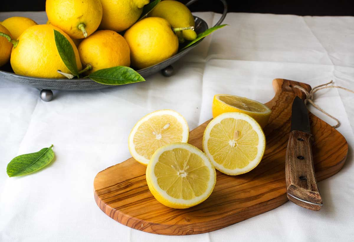 El Lemon Curd o crema de limón es una crema de origen inglés. Su utilidad en repostería es inmensa, aunque los ingleses lo comenzaron a utilizar para untar tostadas y para acompañar scones y pastas en su ya célebre té de las cinco. A mí me parece un relleno sublime como relleno de tartas, pasteles, …