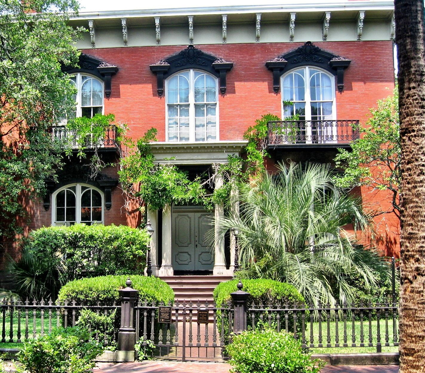 The Mercer House As Seen In Midnight In The Garden Of Good And Evil Savannah 39 S Homes