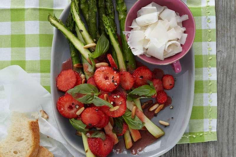 Gruner Spargel Mit Balsamico Erdbeeren Rezept Rezepte Spargel Gruner Spargel