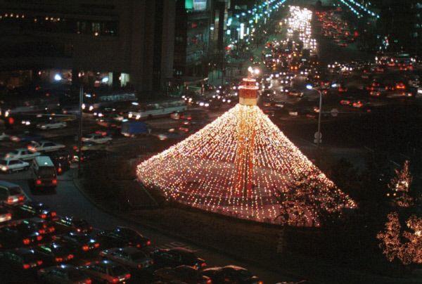 서울시청 크리스마스 트리 점등(1987년) 출처: 서울사진아카이브