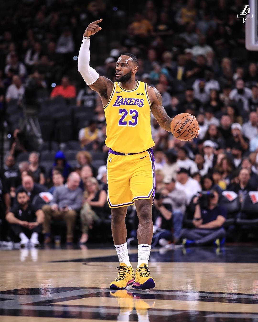 Los Angeles Lakers On Instagram Win No 15 Through The Lakeshow Los Angeles Lakers Lakers King Lebron