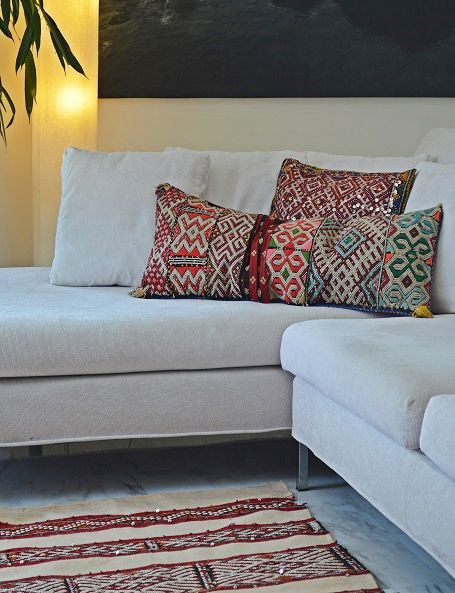 """Tappeto a tessitura piatta chiamato """"hanbel"""", realizzato a mano dalla tribù berbera degli Zemmour in Marocco. Questi tappeti sono molto rinomati non solo per l' ottima qualità dei materiali usati, lana e cotone, ma anche per la magnifica varietà dei loro motivi decorativi, che testimoniano la ricca simbologia berbera. Questo esemplare mostra una combinazione di motivi decorativi in rosso e bianco veramente straordinaria #kilim #rug #berbercarpet #boho #bohemian #tribalrug #etnico"""