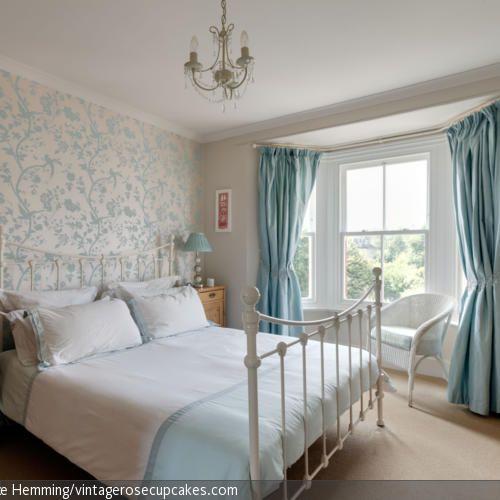 ein feines blumenmuster auf der tapete ein kronleuchter an der decke und gardinen aus einem. Black Bedroom Furniture Sets. Home Design Ideas