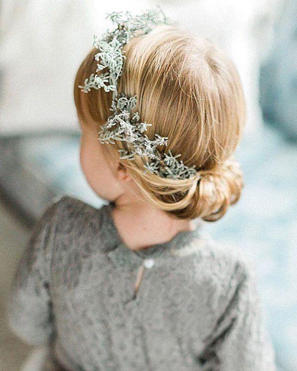 Die 20 Bezauberndsten Ideen Fur Blumenmadchen Frisuren Kommunion Frisur Madchen Frisur Blumenkranz Frisur Kinder Madchen